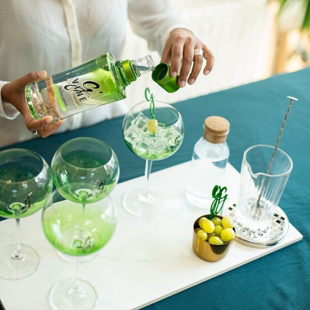 Billede af en bartender der laver en gin og tonic med Gvine gin
