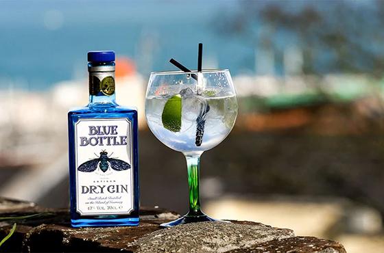 Billede af Blue Bottle Gin med glas brugt til blogindlæg