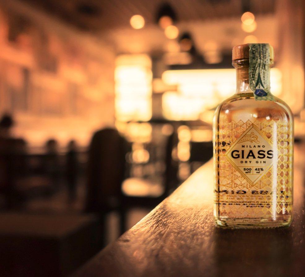 Billede af Giass Milano Dry Gin på en bardisk