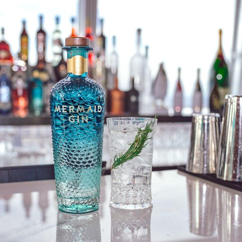 Billede af Gin og Tonic med Mermaid gin. Cocktailen indeholder rosmarin