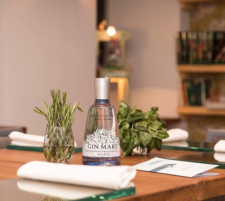Billede af en Gin Mare stående på et bord